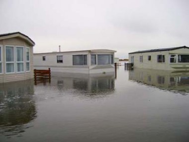 (6)Homes are stranded in rising flood waters