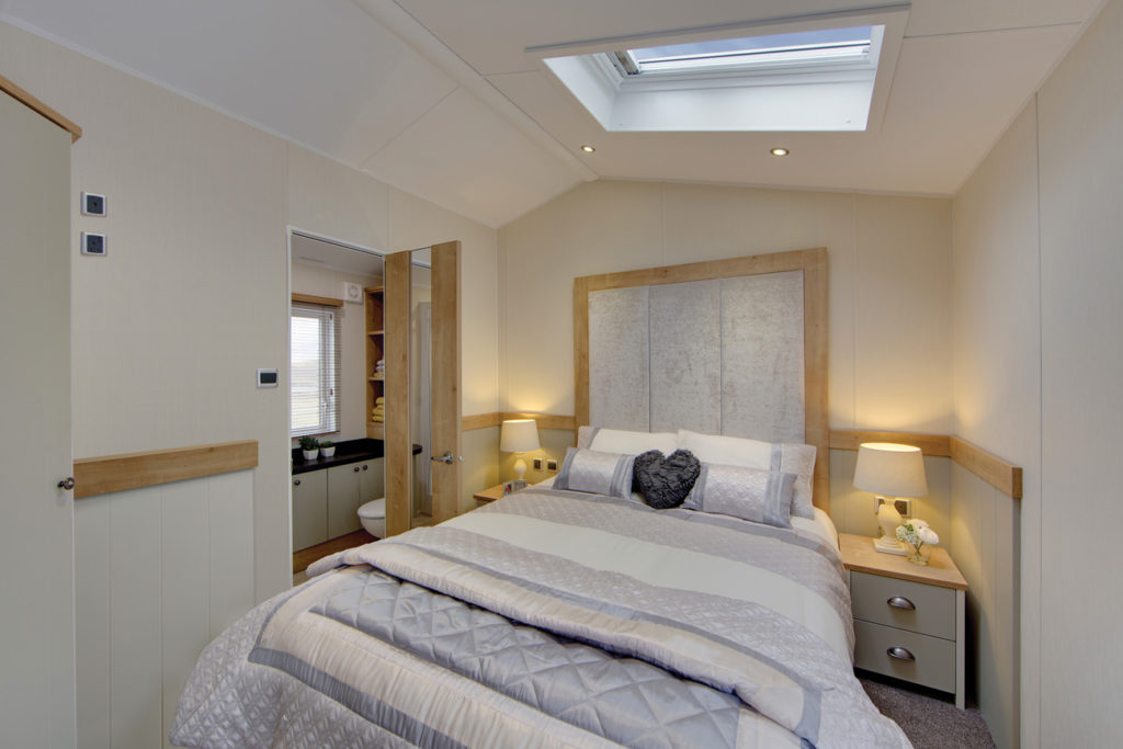Vogue Lodge - Willerby Holiday Homes Ltd Master Bedroom
