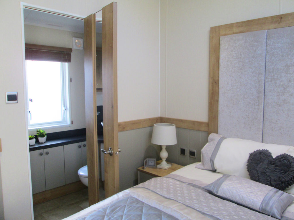 Vogue Lodge - Willerby Holiday Homes Ltd Master Bedroom Ensuite Door