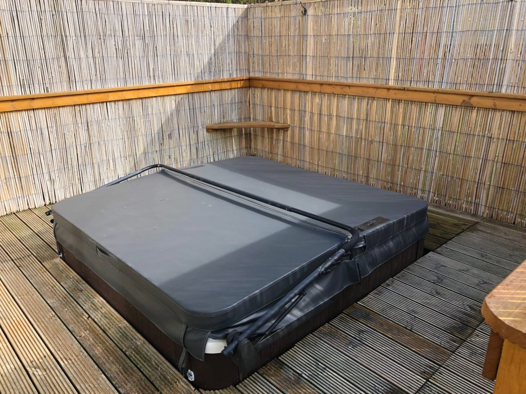 Hot tub with lid cover